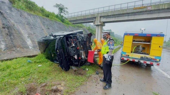 Kecelakaan di Jalan Tol, Mobil Toyota Innova Terbalik di Tol Pandaan-Malang