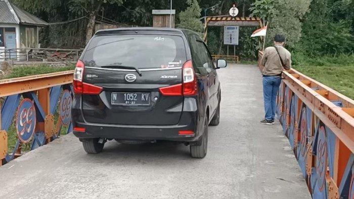 Warga melewati jalur tikus Kediri - Malang via Desa Bayem Kecamatan Kasembon Kabupaten Malang Jumat (7/5/2021)