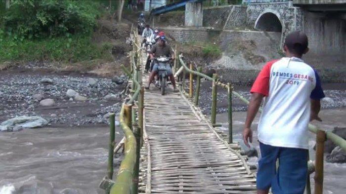 Jembatan Putus, Warga Desa Gesang, Tempeh, Lumajang, Bikin Jembatan Darurat dari Bambu