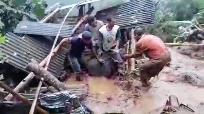 Jembatan di Desa Andonosari Pasuruan Rusak Diterjang Longsor, Sejumlah Sapi Ikut Terseret Arus