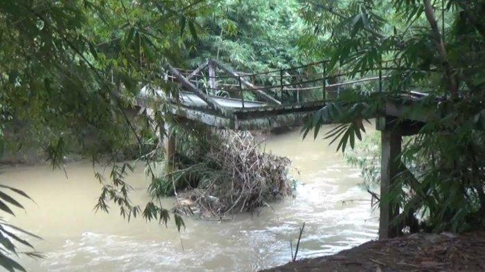 Jembatan Rusak Akibat Tergerus Aliran Sungai di Trenggalek, Warga Harus Berputar