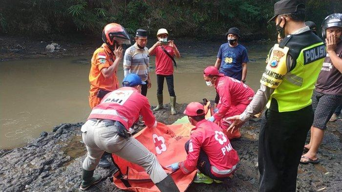Jenazah Nabhan Zulfadli Irsa (7), warga Jalan Bandulan Gang VIII B, Sukun, Kota Malang saat ditemukan di tepi Sungai Metro, Pakisaji, Kabupaten Malang sebelum dievakuasi menuju Kamar Jenazah RSSA, Selasa (1/6/2021).