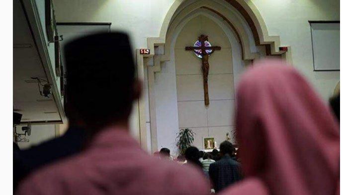 Ketika Warga Berpeci dan Berhijab Datangi Gereja Ikut Doakan Rendra Bayu, Korban Bom Surabaya