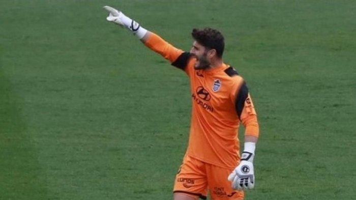 Juan Carlos Sanchez Martinez mantan kiper Villarreal yang disebut akan bergabung dengan Arema FC.