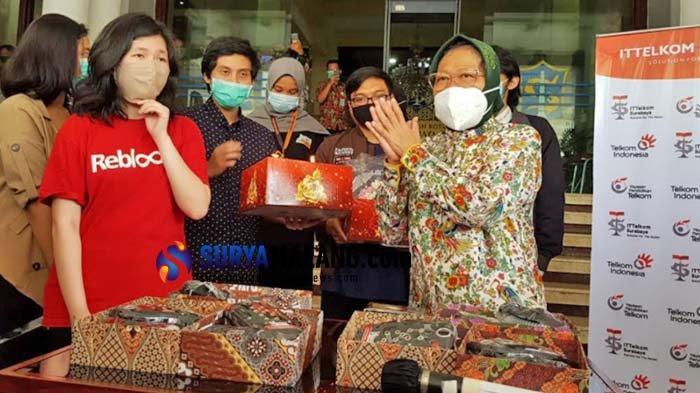 Ultah ke-59, Wali Kota Risma Dapat Kado dari Milenial Surabaya
