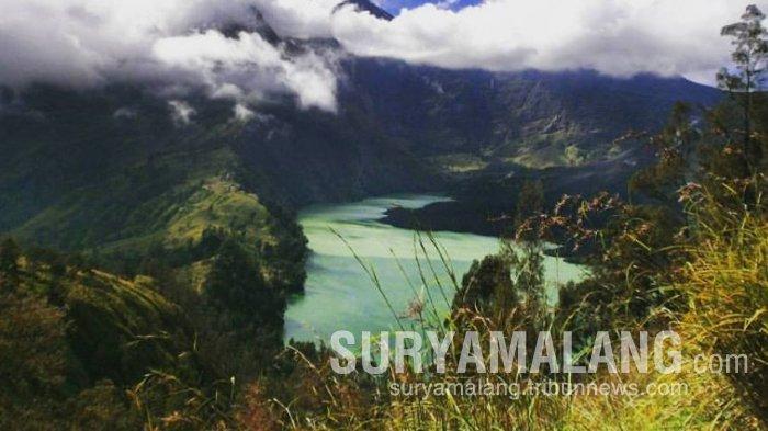 Kaldera Segara Anak, Gunung Rinjani, dilihat dari basecamp Plawangan Senaru.