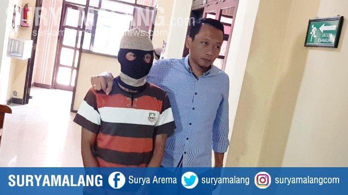 Kanit PPA Satreskrim Polres Magetan Iptu Minarni bersama tersangka Juwari (64) yang mencabuli siswi SD.
