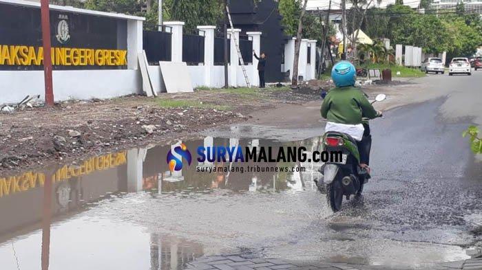 Jalan di Depan Kantor Kejari Gresik Tak Ada Saluran Air, Genangan Air Meluber Tiap Habis Hujan