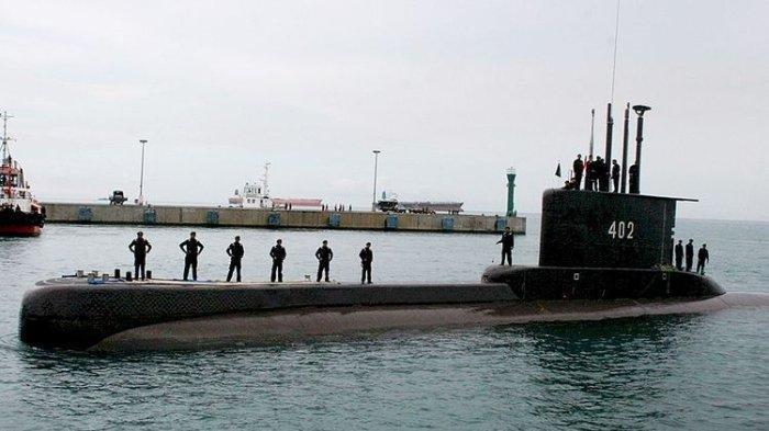 Kapal selam KRI Nanggala-402 berlayar mendekati dermaga Indah Kiat di Kota Cilegon, Banten, beberapa waktu lalu.