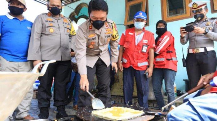 Kapolda Jatim Irjen Pol Nico Afinta Masak Telur Dadar di Dapur Umum Dampit Malang