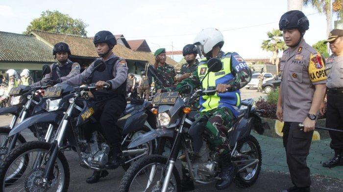 Polisi dan TNI Lakukan Patroli Skala Besar di Jember