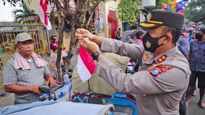 Kapolres Kediri Bagikan Bendera Merah Putih dan Sembako ke Warga Terdampak Pandemi