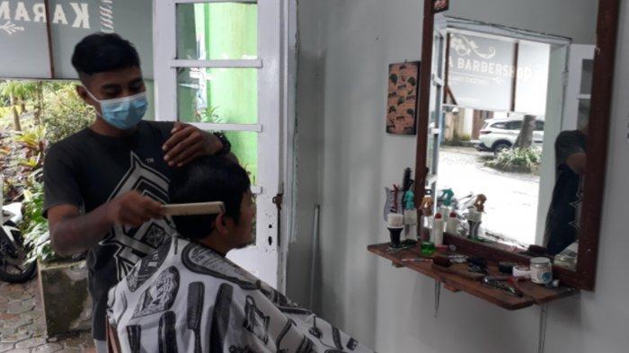 Manfaatkan Balai RW, Karang Taruna RW 06 Bandungrejosari Kota Malang Buka Barbershop