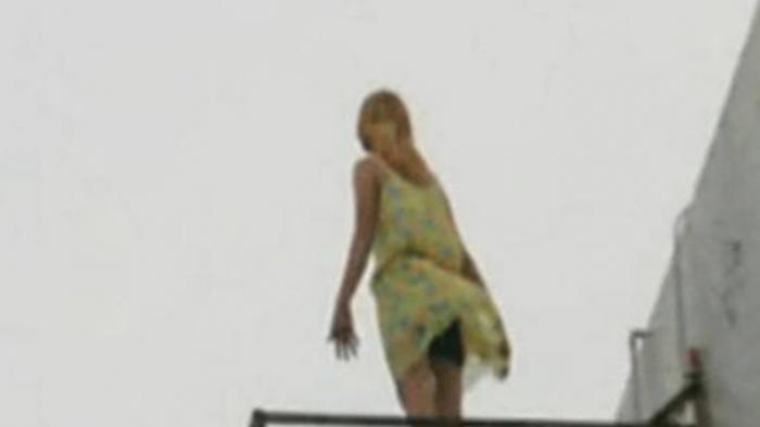 Karyawan perempuan ini berniat untuk bunuh diri, melompat dari atap gedung