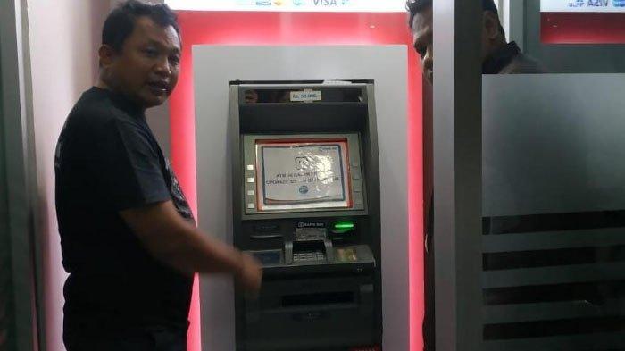 Kasatreskrim Polres Blitar Kota memeriksa mesin ATM BRI di Jalan Sudanco Supriyadi, Kota Blitar.