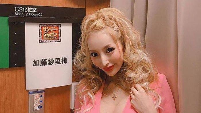 Kato Sari model asal Jepang menceraikan suaminya karena jatuh miskin.
