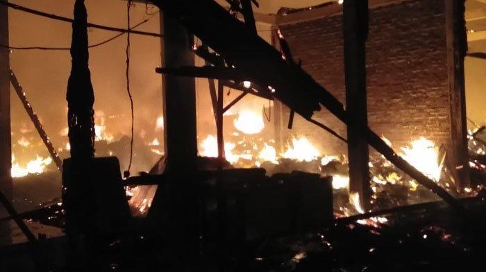 Kebakaran Hanguskan 350 Bangunan Semi Permanen di Pasar Kepoh, Bojonegoro