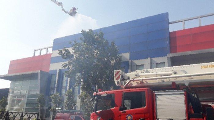 Kebakaran Lahan Kosong Merembet ke Gedung PT Indoprima Gemilang Enginering di Surabaya