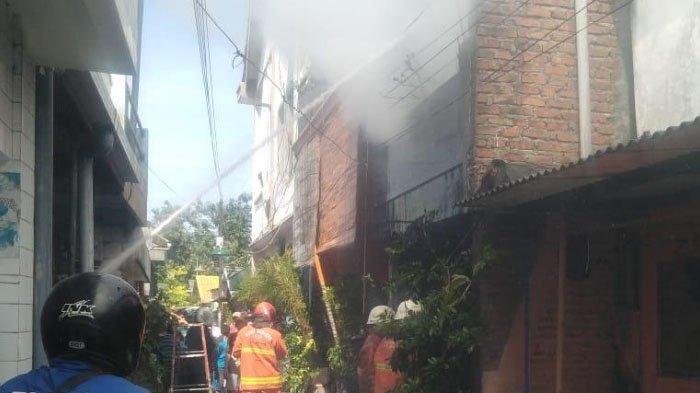 BREAKING NEWS – Nyala Api Kompol Picu Kebakaran Rumah di Banyu Urip, Surabaya