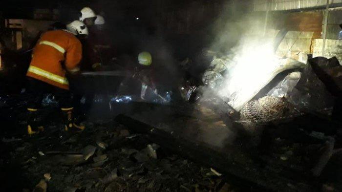 Akibat Korsleting Listrik, Kebakaran Hanguskan Bangunan Material di Bojonegoro