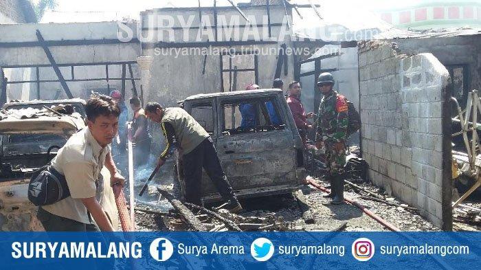 Petugas Kerahkan 3 Mobil Damkar untuk Padamkam Kebakaran Rumah Mantan Anggota DPRD Situbondo