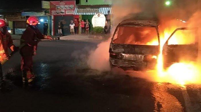 Mobil Terbakar di Pinggir Jalan Raya Bandulan, Kota Malang, Petugas Bingung Cari Pemilik Mobil