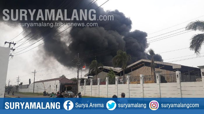 BREAKING NEWS – Kebakaran Landa Pabrik Plastik di Driyorejo, Gresik