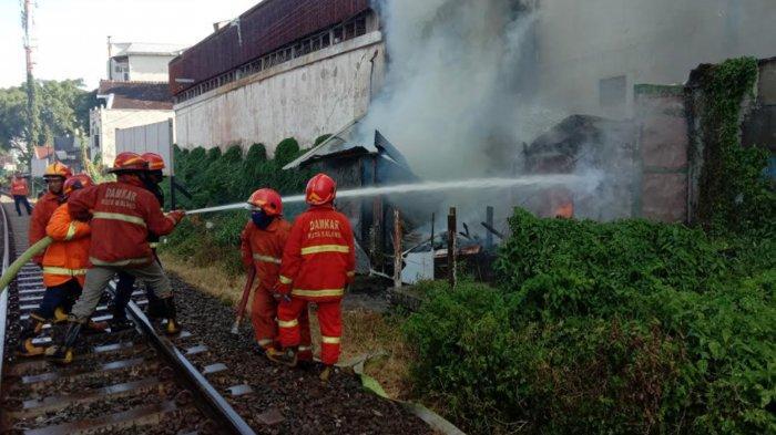 Diduga Akibat Korsleting Listrik, Rumah Bangunan Liar di Pinggir Rel Kota Malang Habis Terbakar