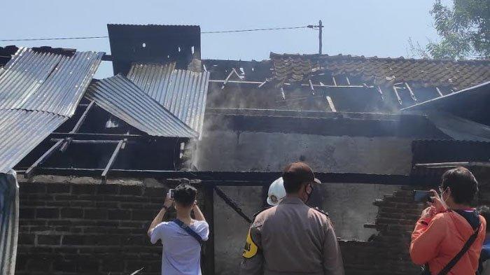 Penghuni Keluar, Rumah Petani Hangus Terbakar di Ponorogo