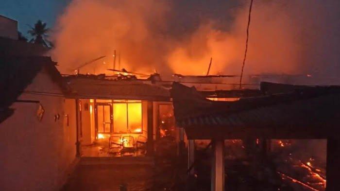Diduga Korsleting Listrik, 3 Rumah, Bengkel, dan Konter HP, di Klakah Lumajang Ludes Terbakar