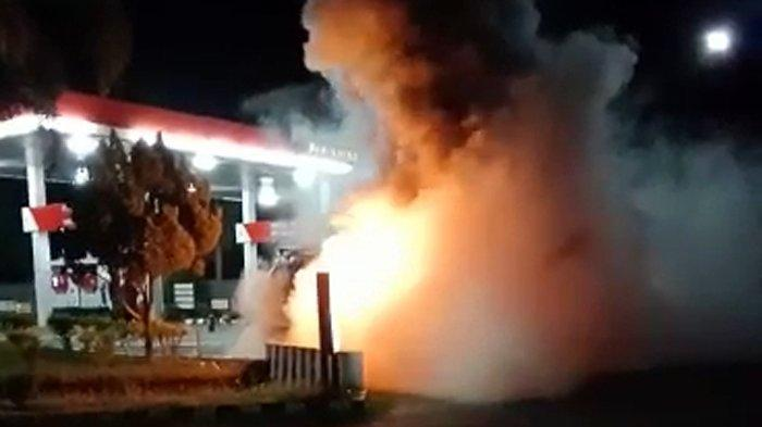 Mobil Mitsubishi L300 Mendadak Terbakar Hebat di Depan SPBU Karangrejo, Tulungagung
