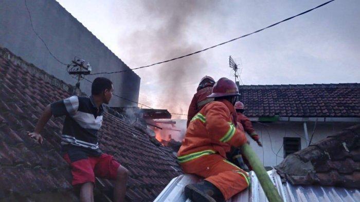 Kebakaran Menerjang Satu Rumah di Sumbersari Kota Malang, Dua Warga Menderita Luka Bakar