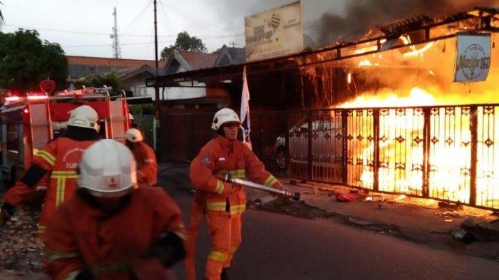 Rumah Cafe di Ketintang Baru Surabaya Dilalap Si Jago Merah, Satu Mobil Ikut Terbakar