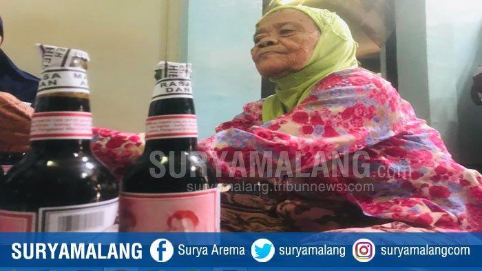 Mbah Tipah, Pekerja Tertua di Pabrik Kecap Cap Jeruk Pecel Tulen  (3)
