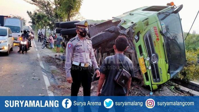 Bus Tabrak Pengendara Motor Saat Mendahului Truk di Kediri, Pengendara Tewas & Truk Terguling