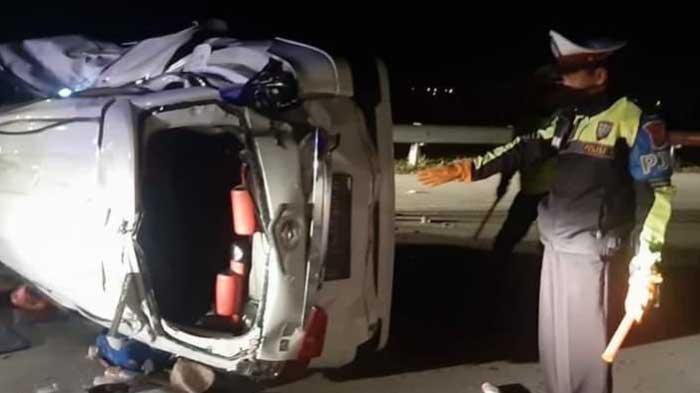 Ngebut 120 KM/Jam, Mobil Xenia Tabrak Pembatas Jalan dan Terguling di Tol Solo-Ngawi, 8 Orang Luka
