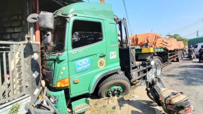 Kecelakaan Truk Trailer Vs Truk Tangki Picu Kemacetan Sepanjang 7 KM di Perbatasan Gresik-Lamongan