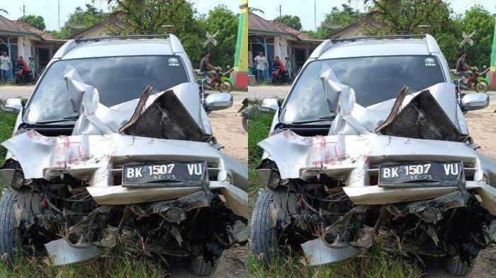 Mesin Tiba-tiba Mati, Mobil Berisi Pasutri Diseruduk KA di Asahan