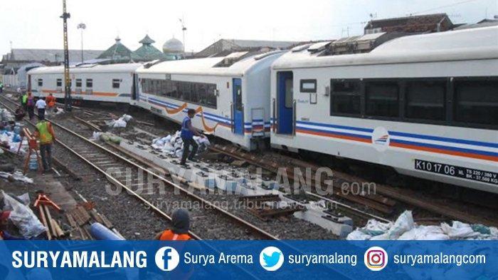 Kondisi rangkaian gerbong Kereta Api (KA) usai berjalan sendiri dan anjlok setelah menabrak Excavator di sisi selatan Stasiun Kota Lama, Kota Malang, Rabu (18/11/2020).