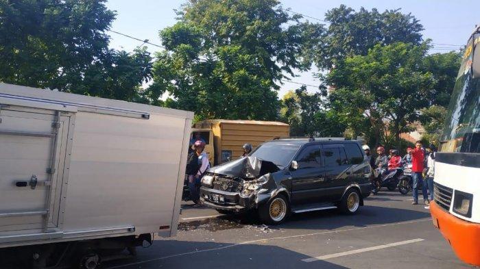 Ban Kiri Lepas Mendadak, Dua Mobil Terlibat Kecelakaan di Depan SPBU Gayungan Kota Surabaya
