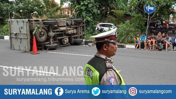 Hindari Kucing yang Melintas, Mobil Boks Terguling di Jalan Arjuno, Surabaya