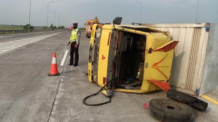 Pecah Ban, Truk Boks Terguling di Tol Jombang-Mojokerto