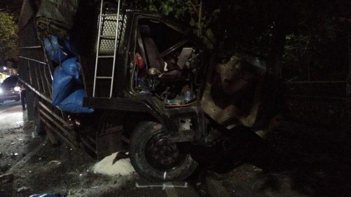 Rem Blong, Truk Berisi Garam Tabrak Sepeda Motor dan Pohon di Kota Batu