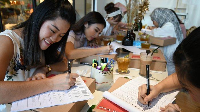 Script Lettering, Seni Gambar Aksara untuk Undangan, Kado Wisuda, dan Lainnya