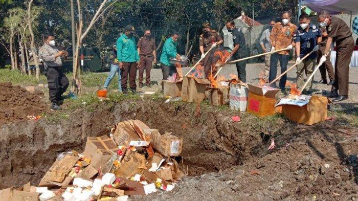 Kejari Kota Malang Musnahkan Berbagai Barang Bukti