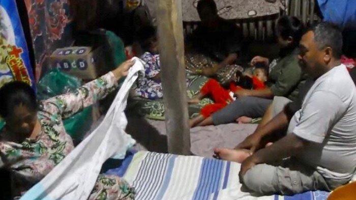 Rumah Runtuh Akibat Gempa di Lumajang, Keluarga Sukini Harus Tinggal di Kandang Kambing