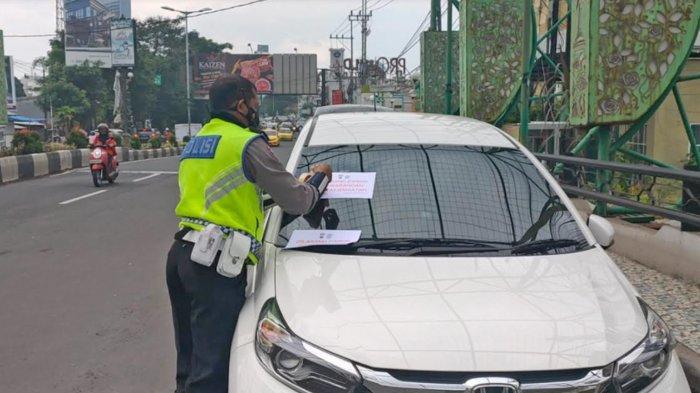 Parkir di Atas Jembatan Jalan Jaksa Agung Suprapto Kota Malang, Puluhan Pengemudi Mobil Ditindak