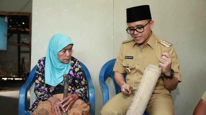 Bupati Anas Kenalkan Kentongan Pada Lansia Banyuwangi Sebagai Alarm Permintaan Bantuan