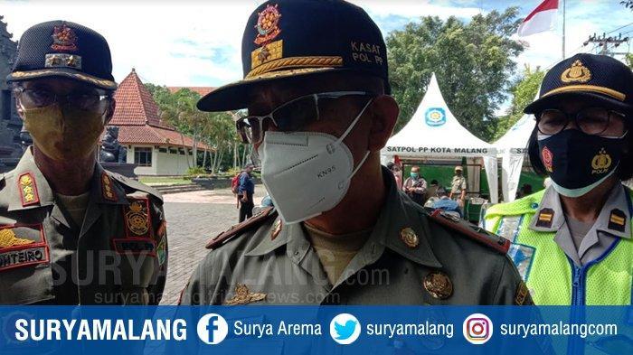 Kepala Satpol PP Kota Malang, Priyadi (tengah)