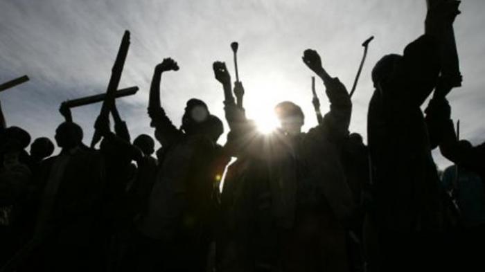 Seusai Ditusuk Golok dan Dipukul Botol, Preman Kampung Ini Bangkit & Tantang 4 Pengeroyok